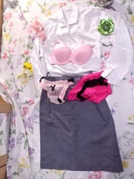 光沢サテンのブラウスと光沢サテンスカートの 愛用コーデセットです(*^-^*) 超光沢サテンのブラウスです☆ つるつるでピッカピカ☆ 飽きのこないシンプルなデザイン☆ 色っぽく女っぽく着こなせます☆ 着用感がございます☆ 艶々のタイトスカートです☆ 女性らしいヒップラインを強調し魅惑的に演出☆ つるつるの気持ち良い手触り☆ サイドスリット入りでセクシーに着こなせます☆ サイズ他 ブラウス:M スカート:38 後ろファスナー 日本製 お洗濯済みですが自宅保管の為 キズや香水の香り移り等…あるかもしれま...