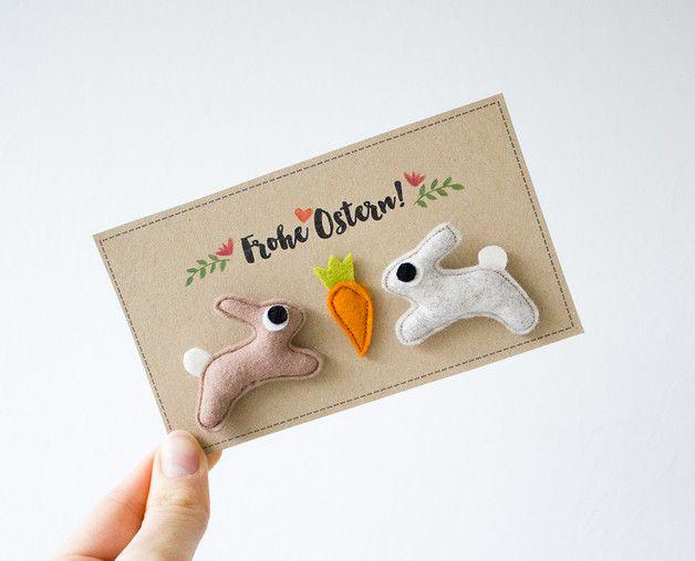 Osterkarte mit Broschen zum Anstecken: Osterhasen und Möhre / easter greeting card with bunny and carott brooch made by catmade via DaWanda.com