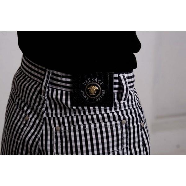 Bomullsbyxor av Versace Jeans Couture från åttiotalet. Hög midja med flådigt Versace-märke bak och emaljerad, märkt knapp fram samt plaggets nummer.