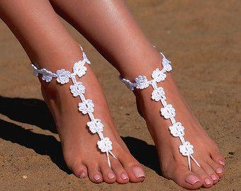 Uncinetto bianco sandali a piedi nudi, piedi gioielli, regalo di damigella d'onore, a piedi nudi sandali, spiaggia, cavigliera, scarpe, matrimonio sulla spiaggia, estate scarpe da sposa