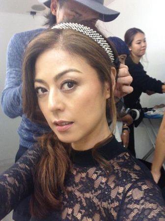 髪の毛をヘアメイクさんに整えてもらう武田久美子
