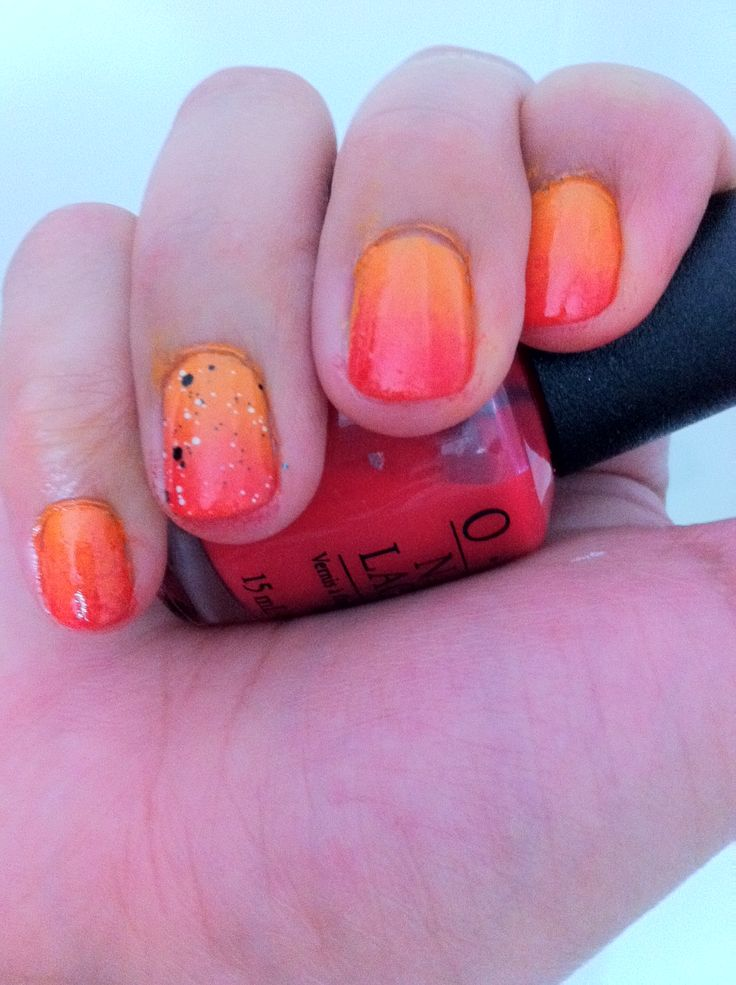 Diseño en uñas con degrade realizado a partir de 3 colores en tonos rojos y naranjos