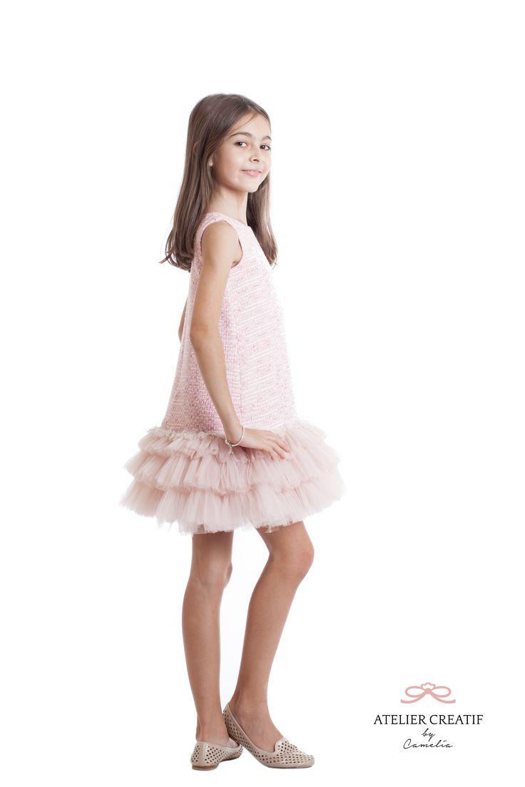 Spring Symphony este rochie din materiale luxoase și bogate, cum sunt tweed-ul și tull-ul, complimentate de căptușeala fină din bumbac satinat sau mătase vegetală. Textura unică și confortabilă va fi apreciată de cele mai delicate domnișoare și de prietenele care le acompaniază la super evenimente si gale.