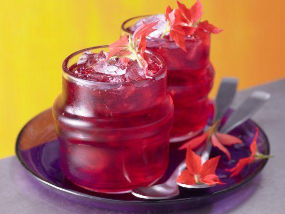 Hibiskus-Eistee: Kaum Kalorien - aber viel Geschmack! Hibiskustee tut Herz und Kreislauf gut. Schon 3 Tassen am Tag können leicht erhöhten Blutdruck senken.