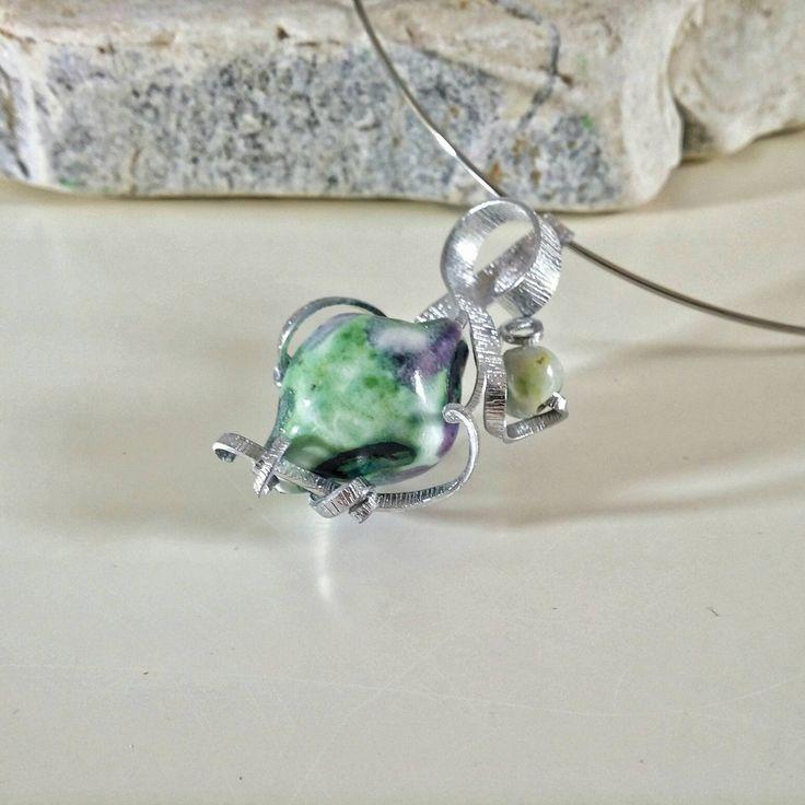 Collana pendente in ceramica e metallo argento- verde- viola