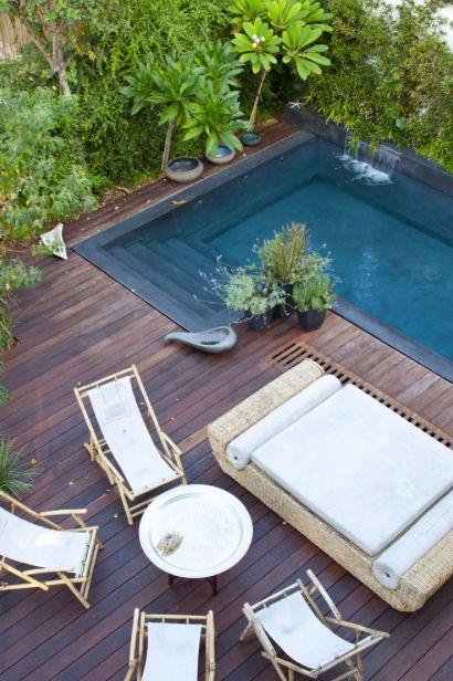 Israeli Garden: Designed by Itamar Landscape Design. Dark pool tiles and decking.