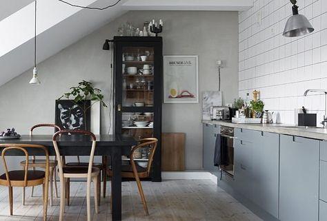 Väldigt fint kök med grå luckor och infräst grepp 2. #pickyliving #kök #köksluckor #valfri #ncs #grå #kitchen #kitchendesign #kitchendecor #swedish #interiör #inredning #köksinredning #köksinspiration #kitcheninspo #kitchenlife #kitchens #köksinteriör