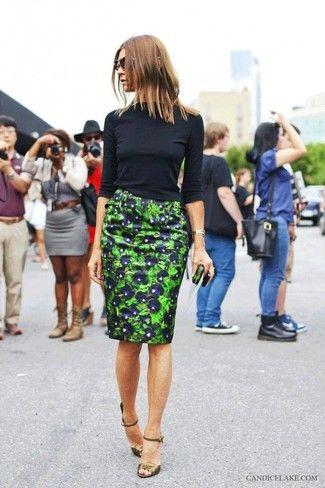 Look de moda: Camiseta de Manga Larga Negra, Falda Lápiz Estampada Verde, Sandalias de Tacón de Cuero Verde Oliva, Gafas de Sol Marrónes y Doradas