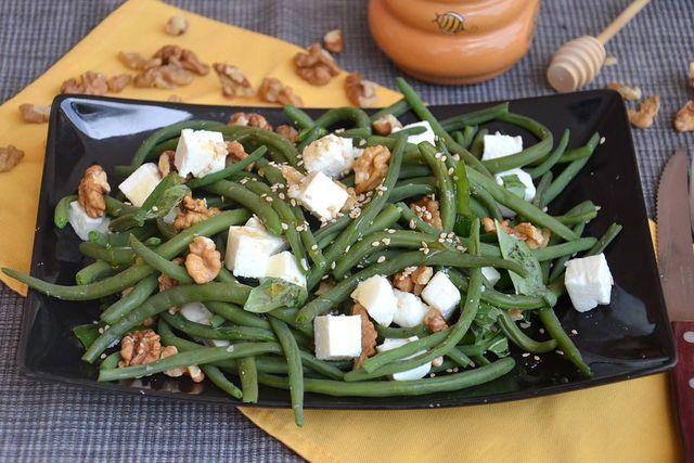 L'insalata di fagiolini è piatto unico, fresco e leggero;può essere preparata in diversi modi, con i fagiolini lessi o cotti al vapore ad esempio. Io ho scelto la seconda opzione perchè in questo modo
