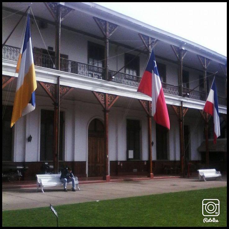 En el Museo Marìtimo Naval se encuentran izadas las tres banderas de Chile. La primera, azul, blanco y amarillo fue la que representò al gobierno Josè Miguel Carrera, la segunda llamada de Transiciòn tiene tres franjas horizontales azul, blanca y roja. Finalmente la bandera que prevalece es la  Tricolor y su estrella.