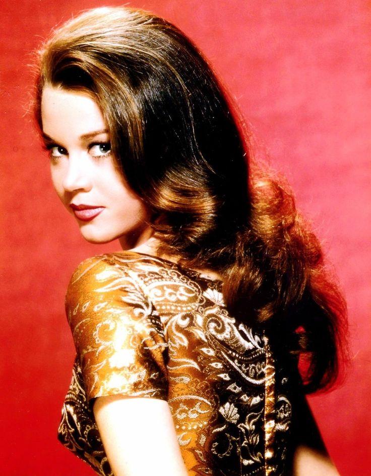 Jane FONDA (21 décembre 1937 à New York) est une actrice et une productrice américaine, également féministe et militante pacifiste. Son père est l'acteur Henry FONDA et sa mère est Frances FORD SEYMOUR . Jane est la sœur de Peter FONDA et la tante de Bridget FONDA.