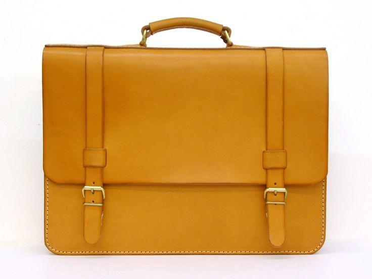 うすマチですっきり書類を持ち運べ、A4サイズ、B4サイズがそれぞれ収納できるサイズ展開のブリーフケース。ショルダーストラップをつけて肩掛けにもできる2way仕様の革鞄です。