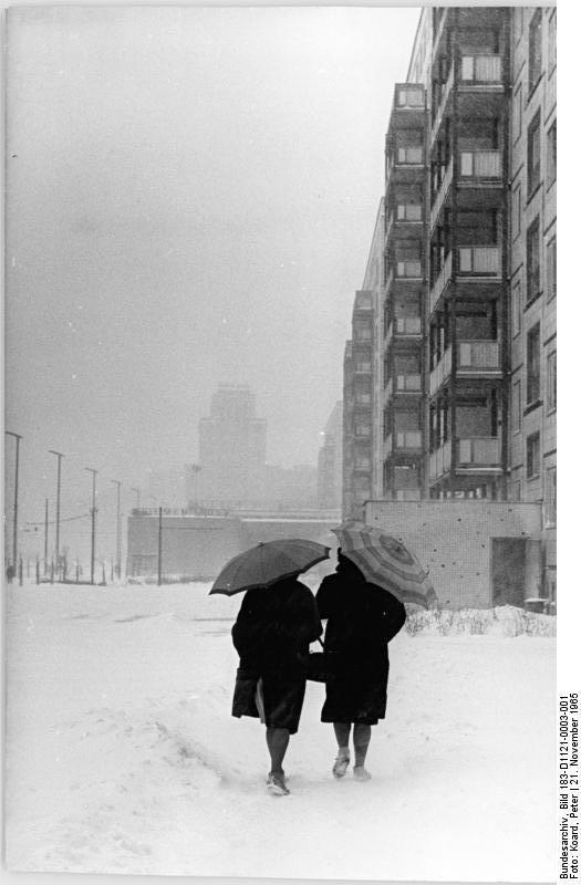 Berlin, Karl-Marx-Allee, Winter  Zentralbild Koard Ho 21.11.1965 Berlin im Winterkleid Morgendlicher Spaziergang durch die weiße Karl-Marx-Allee.