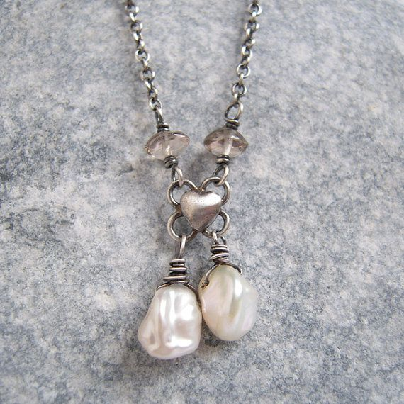 Collar de perlas de Keshi blanco, cuarzo ahumado, Antiqued plata joyería, encanto del corazón, collar rústico, joyas de piedra
