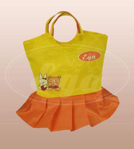 """Pielucha tetrowa biała """"Sukienka"""" EGA Toddlersi. Eko-torba w formie sukienki plisowanej z delikatnym nadrukiem może służyć jako torba na akcesoria niemowlęce oraz być idealnym prezentem dla noworodka."""