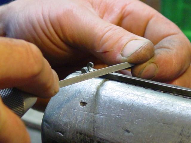 Sculpture de la croix basque. Les Couteliers Basques, artisans d'art à Bidart, créateurs de couteaux basques, vous invitent à découvrir leurs gammes de couteaux traditionnels et originaux à travers leurs marques déposées Mizpira, Artzaina et Bixia. Ici sculpture du lauburu sur le ressort du Mizpira, couteau de poche basque en néflier scarifié, fabrication française au Pays Basque (64). http://www.lescouteliersbasques.fr/  #lescouteliersbasques #couteauxbasques #Mizpira #lauburu