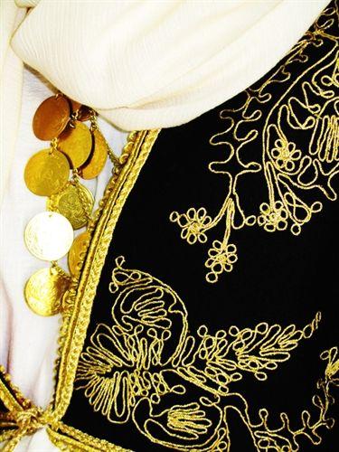 Η Παραδοσιακή Γυναικεία Κρητική Φορεσιά / Traditional Female Cretan Costume