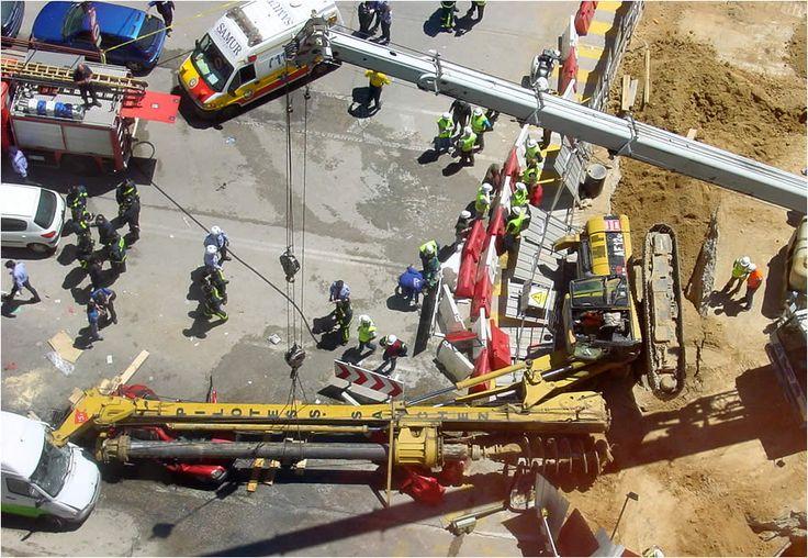 """A veces se olvida, pero la prevención y la seguridad laboral en la obra pueden exceder el propio recinto de la obra, como ocurre con esta perforadora de pilotes o pilotera.    Si, """"eso rojo"""" que hay debajo es un coche, totalmente aplastado."""