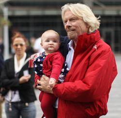 Werknemers Richard Branson krijgen 1 jaar betaald ouderschapsverlof - Jobat.be