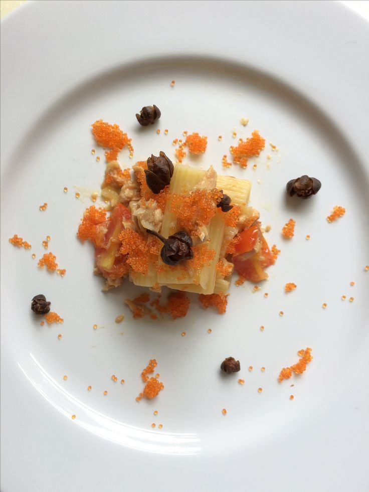 Pasta al tonno con capperi e uova di pesce - tuna pasta with fried capers and  tobiko ( flying fish egg)