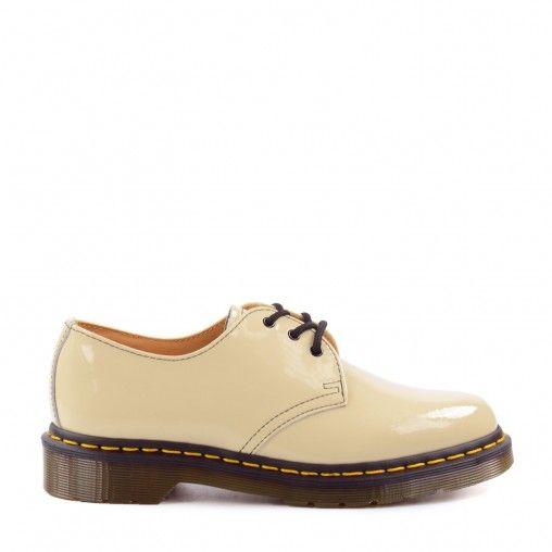 Maak een fashion statement met deze opvallende beige Dr. Martens veterschoenen met herkenbare zool en gele stiksels. De beige kleur zorgt ervoor dat deze schoenen makkelijk te combineren zijn bij verschillende outfits. De veterschoenen zijn gemaakt van le