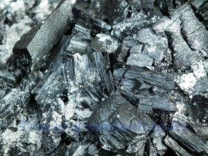 Hace millones de años, los árboles de los bosques, al morir, quedaron amontonados en espesas capas que poco a poco, fueron cubiertas por la tierra. Algunas de estas regiones quedaron invadidas por el agua, y los árboles, al pudrirse, formaron de este modo una sustancia negra y dura: el carbón.