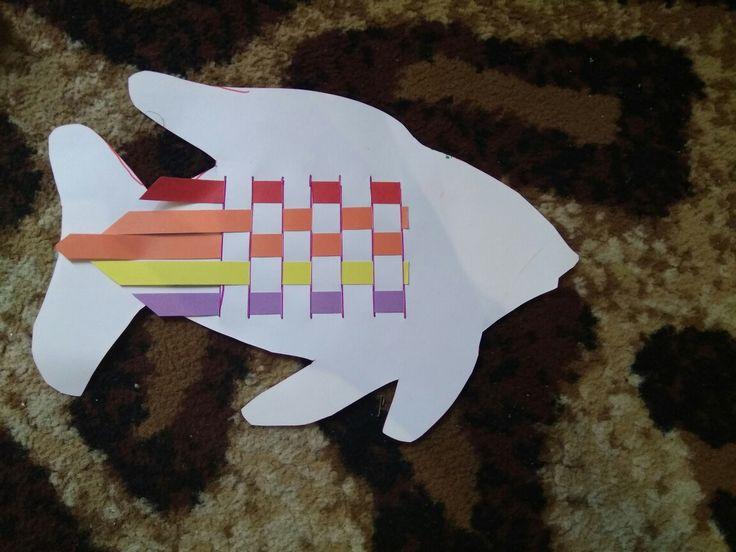Membuat ikan dengan mengayam, melatih motorik murid 🚸  Alat dan bahan : 1. Kertas bentuk ikan 2. Kertas warna warni 3. Spidol  4. Kater