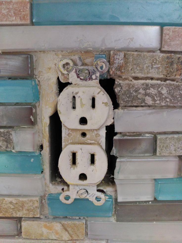 Détail des vieilles prises électriques. Sortir les prise pour les ramener devant les carreaux. Pose de carreaux derrière pour caler. Faut-íl changer les prises à l'occasion?