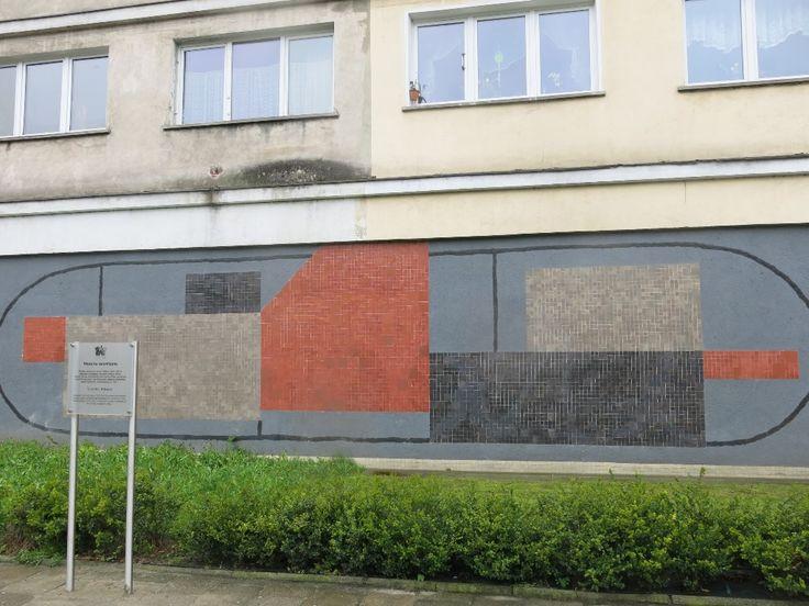 Tablica została umieszczona w bramie bloku przy ulicy Podwale 47, gdzie od lat 50 do 2000 roku mieściła się pracownia profesora Józefa Hałasa.