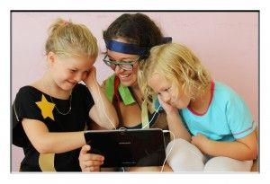 Domáce učenie jazyka je teraz podľa mňa veľmi jednoduché. Existuje toľko aplikácií / hier, ktoré učia deti zábavnou formou :)http://bilingvi.sk/blog/cvicte-s-detmi-anglictinu-aj-doma-ako-na-to