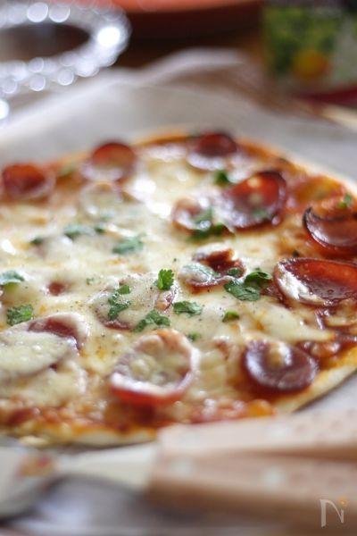 """米粉100% 朱鷺と暮らす郷 """"さどっ粉"""" で 手作りピザを作りました。  米粉ならではのモチモチした生地なのですが、発酵時間と加熱時間を最短に。  まったなし! ですぐに食べれる レシピです。"""