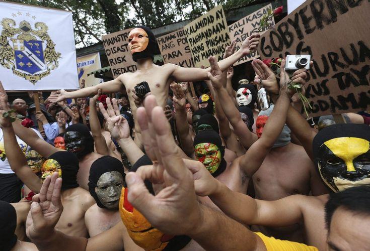 RECUERDAN A LAS VÍCTIMAS DEL 'HAIYAN'Miembros de la fraternidad Alfa Pi Omega desnudos cantan el himno de su universidad durante la carrera anual Oblation en la Universidad de Diliman, al este de Manila (Filipinas). Los universitarios recordaron a las víctimas del tifón Haiyan, que según las autoridades, ascendieron a 6.009 muertos. (Dennis M. Sabangan / EFE)
