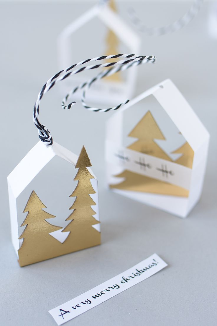 Make delicate paper houses as tree decorations yourself