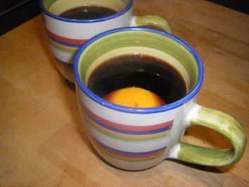 Das perfekte Jagertee mit Tee schwarz und Rotwein-Rezept mit Bild und einfacher Schritt-für-Schritt-Anleitung: Tee erhitzen und den Rotwein, Zucker, Zimt…