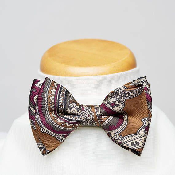 Morin noeud pap'. 38$ on Etsy.  Modèle unique fait à partir dune cravate recyclée. Soie brun clair «café au lait» avec motif paisley aux teintes rouge framboise, crème et gris charcoal.