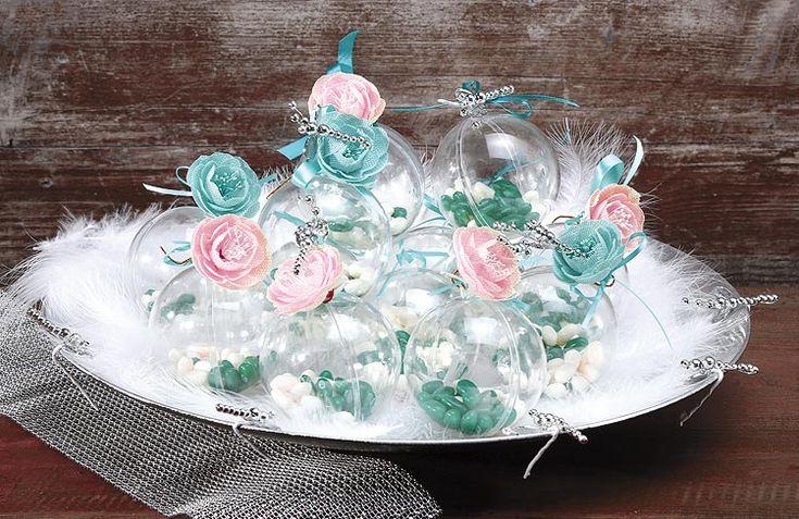 Décoration avec boules transparentes dragées - Cristallines, ces boules transparentes sont à agrémenter de la décoration de votre choix : billes en verre, plumes, sable, fleurs, messages, dragées, chocolats... A poser ou à suspendre, idéales pour vos centres de table, décorations de salles et buffets... http://www.mariage.fr/boules-pvc-translucide-8-cm-contenant.html