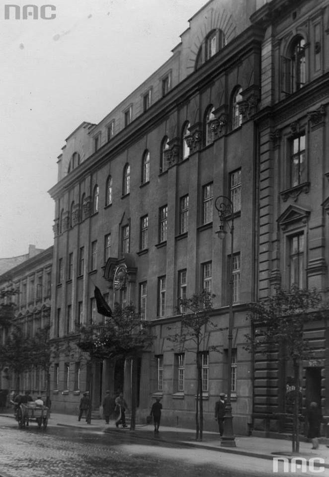 Kamienica Glassów - Poselstwo ZSRR przy przy Poznańskiej 15. Powstała około 1896r. dla rodziny Glassów według projektu Karola Kozłowskiego. W latach '20 XX wieku kamienica została nabyta przez rząd Związku Radzieckiego na poselstwo. Zmieniono wówczas wystrój elewacji, dobudowano jedno piętro i umieszczono nad oknem godło ZSRR. Po wybuchu konfliktu radziecko-niemieckiego w 1941r. budynek został zajęty przez Niemców, skuto wówczas symbolikę radziecką. Na początku września 1944r. w budynku…
