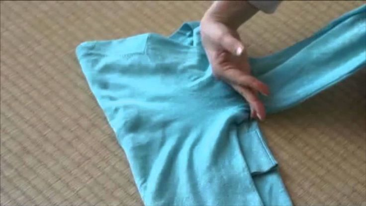 http://youtu.be/4aBo_MS6CSQ From the international bestselling book, The Life-Changing Magic of Tidying, Marie Kondo shows you how to fold a short sleeved t-...