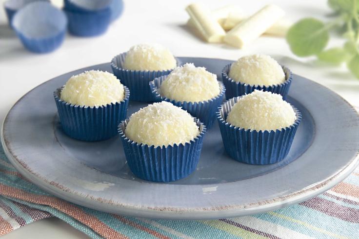 Trufas de coco con chocolate blanco    Para leer su receta, hacé click en la imagen.    #Recetas Aguila