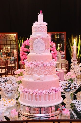 O bolo cor-de-rosa é um dos mais pedidos de Martha Benez (www.marthabenez.com.br) para festas de 15 anos. Cada andar conta com um detalhe diferente para compor a apresentação