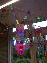 www.jufjanneke.nl | Circusartiesten van eierdozenmet vier slingers eraan en een hoofd. Ophangen aan een stokje in de klas.