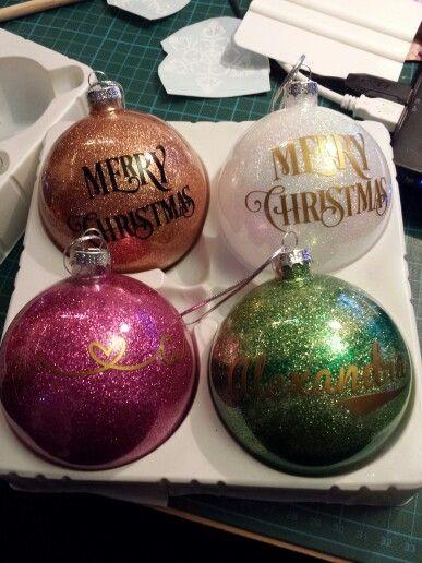 Klara julgranskulor i glas. Dekorerade på insidan med glitter och vinyl utvändigt.
