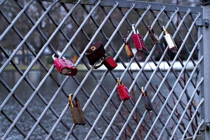 Nicht nur in Köln . #aachen #hangeweiher #locks #love #streetphotography #water #lake #pond #park #photographer #potd #picoftheday #photoblog #photooftheday #awesome #art #sonyalpha #sonyalpha5000 #oldlens #canonfd50mm #vintage #keinsinn #hiking #travel #wanderlust #adventure
