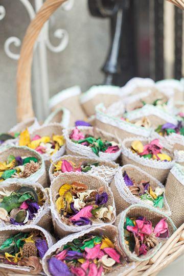 Conos de arpillera...y flores secas, para arrojar a los novios tras la ceremonia.....