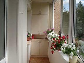 Цветы и декоративные украшения для балкона и лоджии.