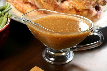 Una deliciosa salsa a base de vino y especies que se puede realizar con los jugos de su pavo navideno.