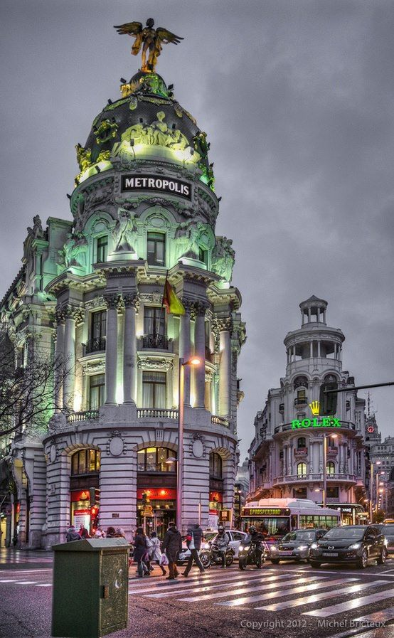 es la Gran Via en Madrid. Es un calle comercial en centra Madrid. Es conocida como la calle que nunca duerme.