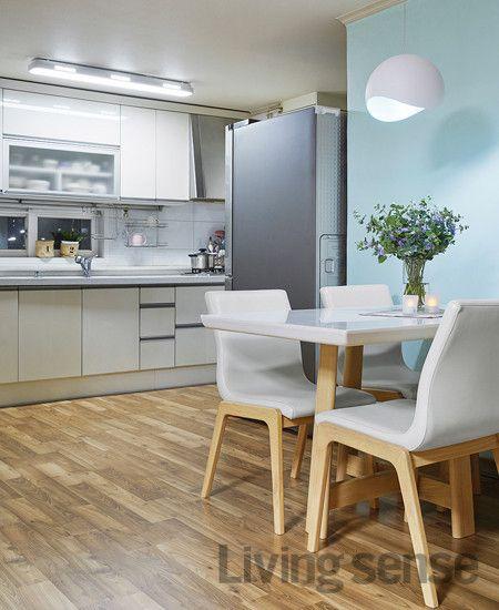 하늘색 포인트 벽지와 잘 어울리는 40354 서스펜션 조명 블루 과 Led 시스템 부엌등으로 꾸민 다이닝 룸 집 조명 가정용 집