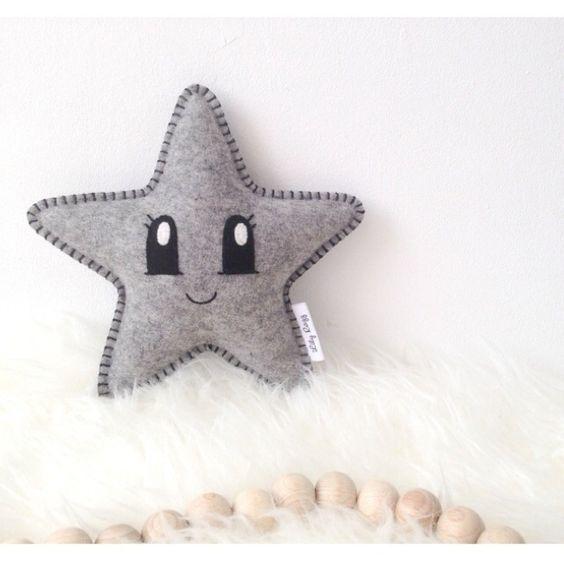 Knuffel Ster DIY grijs Naai je eigen sterknuffeltje met dit doe-het-zelf pakket! Inhoud doe het zelf pakket kawaii ster vilt grijs: * patroon * grijs gemeleerd vilt * benodigd garen * kleine naald * borduurnaald * 5 spelden * vulling Zelf toevoegen: * schaar Deze ster wordt ongeveer 20x20 cm op de wijdste punten Moeilijkheidsgraad: Makkelijk! :)  Let op: Dit is een doe-het-zelf-pakket, niet een afgemaakt product.