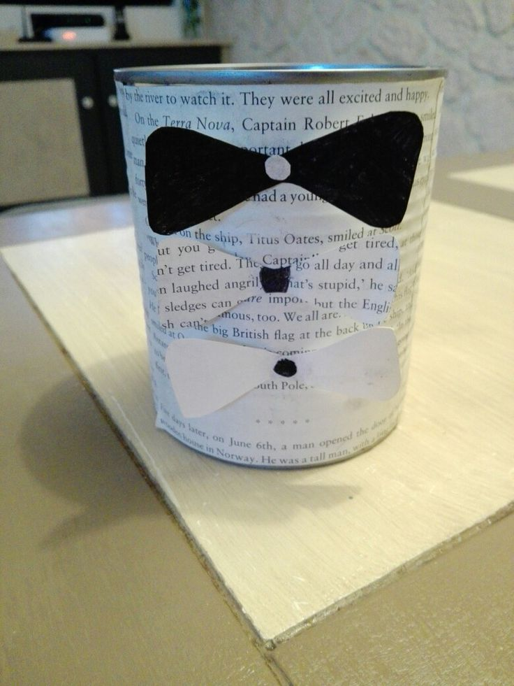 Pot a crayon pour la fête des pères .  Outils de réalisation:  - une boite de conserve. - des pages de lire non utilsés. - une feuille blanches ou de couleurs. - un ciseau  - de la colle